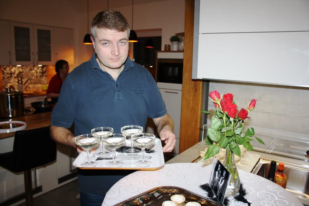 Auch wir fördern das Ehrenamt: Küchenhauschef Jens Meinen kellnert ehrenamtlich für Gourmet Flamand