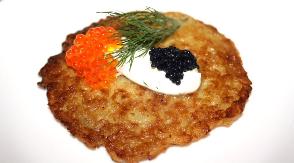 Kartoffelpuffer mit Dillcreme und schwarzem und rotem Kaviar