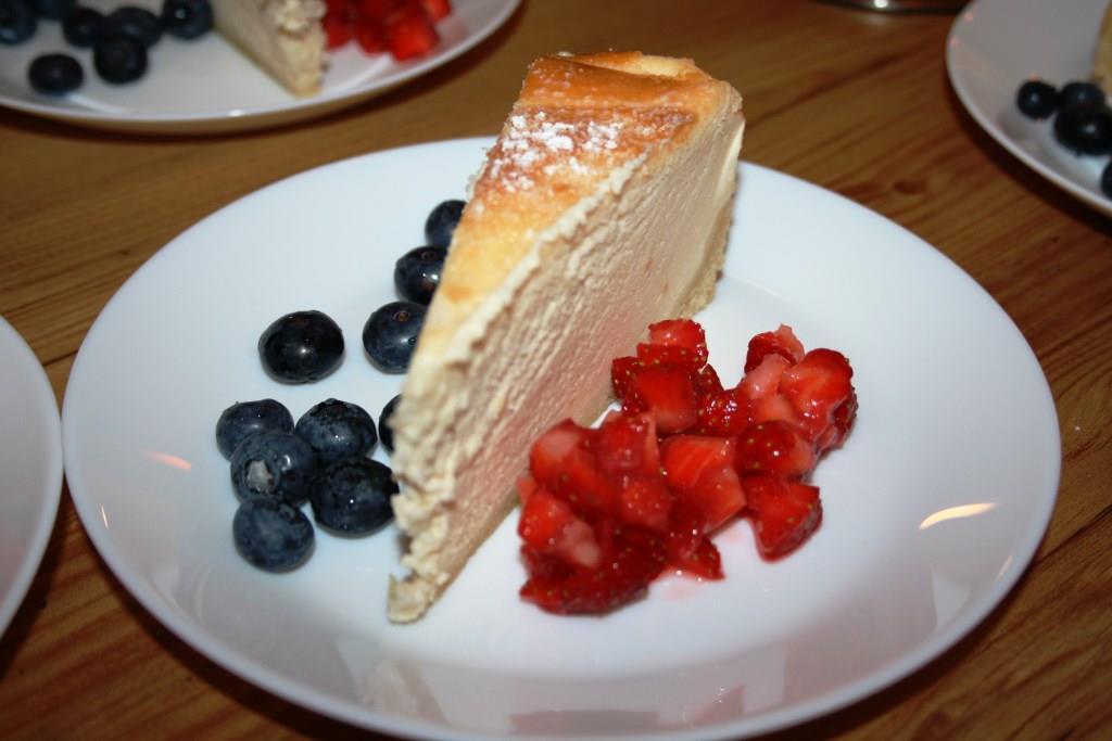 Darf nicht fehlen: der Käsekuchen mit Erdbeertatar und Blaubeeren