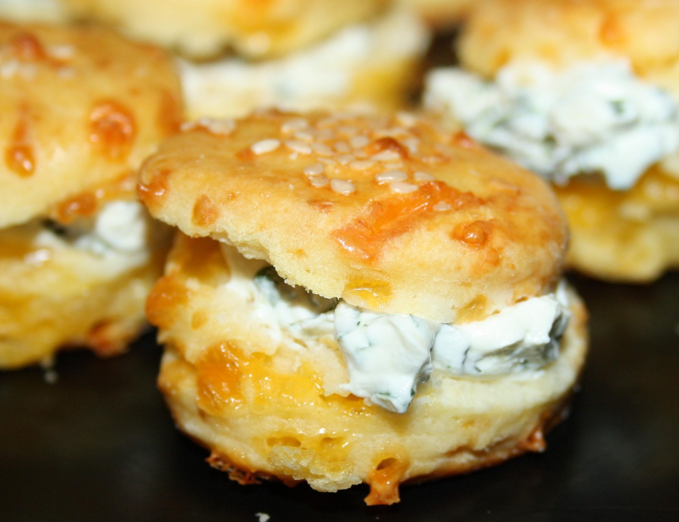 Fingerfood - Cheddar-Scones mit Kräutercreme