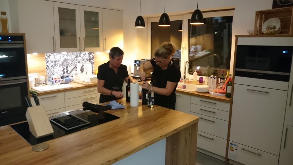 ...derweil knallen die Korken in der Küche