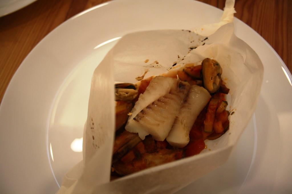 Fischfilet auf Ratatouille in Pergament gegart