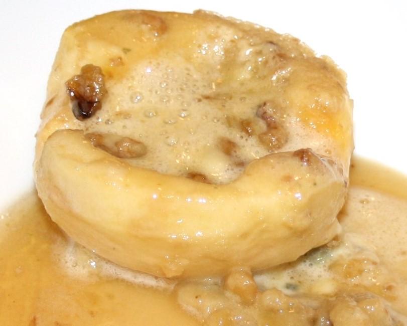 Kombination Käse und Dessert: Blauschimmel-Nusscreme im Aprfel mit Honigsirup