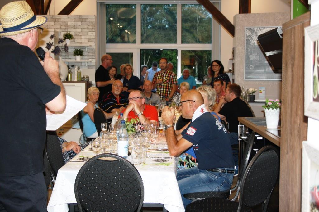 Die Gäste verteilen sich im Küchenhaus und auf der Terrasse