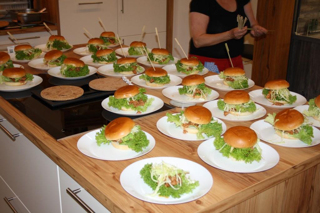 Die Pulled-Pork-Burger sind fertig