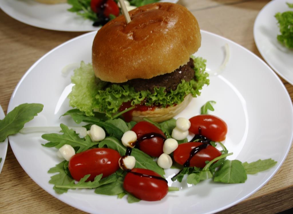 Burger mit Tomaten-Gin-Sauce und Fleisch aus unserer Gegend