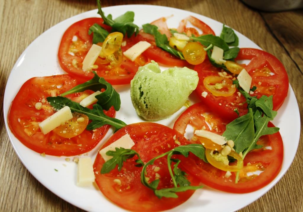 Tomaten-Carpaccio mit Basilikum-Zitronen-Sorbet