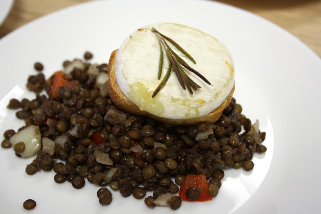 Ziegenkäse-Crostini mit Linsensalat