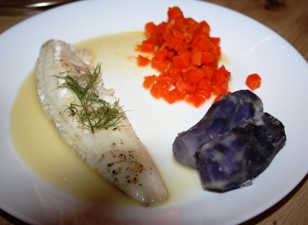 """Zanderfilet mit Möhren und """"Vitelotte"""" - lila Kartoffeln"""