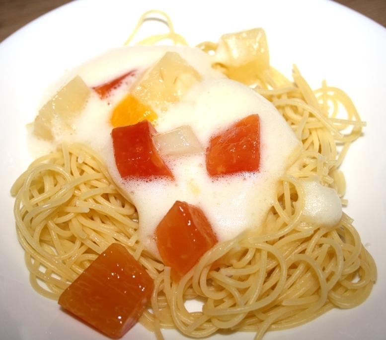 Dolce: Süße Spaghetti mit Weißwein-Zabaione und in Maraschino marinierten Früchten